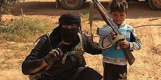 Los fanáticos del EI crucifican a dos niños por no ayunar en Ramadán