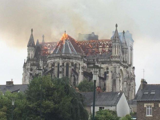 Un incendio destruye parte de una basílica de Nantes