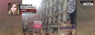 La periodista de la CNN confunde una bandera gay repleta de consoladores... ¡con la del EI!