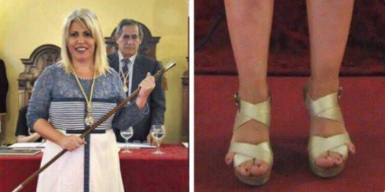 ¿Un velociraptor trepador? ¡No! Es la flamante alcaldesa de Jerez y sus pies 'con retrovisor'