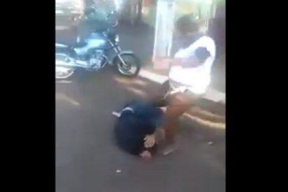 Así le revienta la cabeza a patadas al novio por haber querido asesinarla
