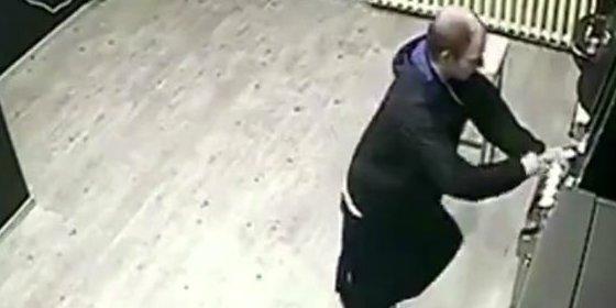 [Vídeo sin censura] El cochino ludópata que hace caca en pleno salón de juegos