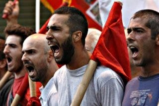 El corralito de Grecia causa fuertes caídas en las Bolsas, pero no afecta al euro