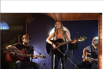 Manuela Velles, emocionada en su primer concierto
