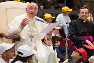 """Francisco, a los padres: """"Los niños nos miran"""""""