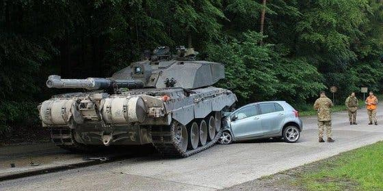 El muy patoso estrella su coche nada más sacarse el carné... contra un carro de combate