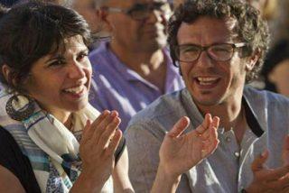 Dos de los alcaldes de Podemos se estrenan montando el cirio religioso