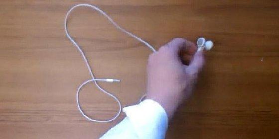 El truco del almendruco para evitar que se te enrede el cable de los auriculares