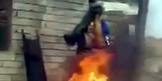 [Vídeo sin censura] Paramilitares chiíes cuelgan y queman vivo al asesino del EI