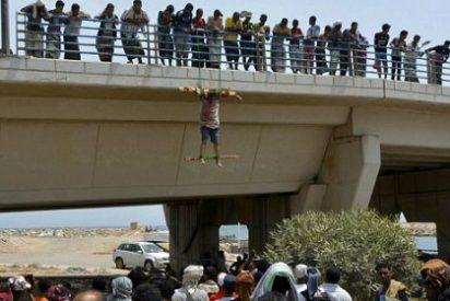[Imágenes extremas] Así crucifica Al Qaeda a dos saudíes acusados de espiar para EEUU