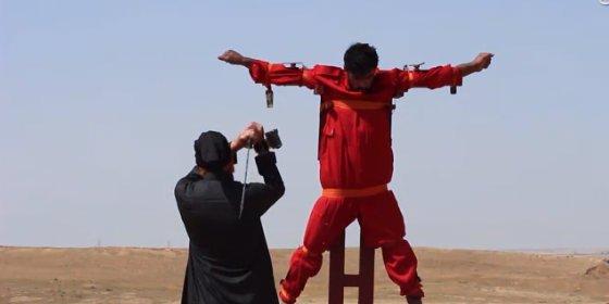 ¡Crucificado y mutilado vivo! El vídeo del sirio que paga cara su lucha contra el EI