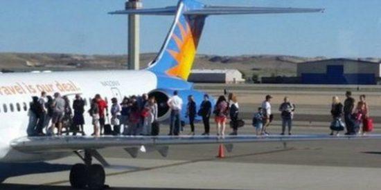¿Qué hacen estos pasajeros en plan histérico sobre las alas de un avión?