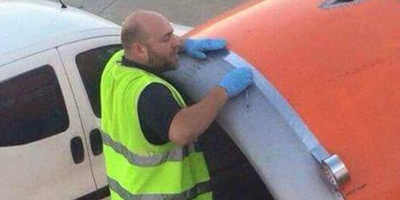 Cinta adhesiva para reparar el ala de un avión antes de despegar