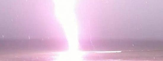El espeluznante rayo en una playa de Florida que electrocuta a YouTube