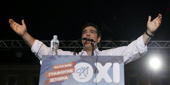 """Tsipras llama a """"hacer historia"""" mientras una marchita Grecia deshoja la margarita"""