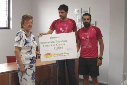 La AECC de Badajoz recibe un cheque de 2.000 euros