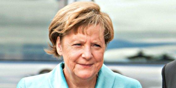 La canciller Merkel se cae de culo al romperse su silla en plena ópera de Wagner