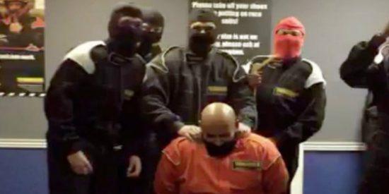 Despiden a 6 empleados del banco por este vídeo de una 'ejecución' del EI