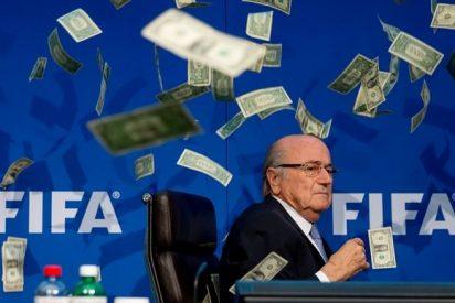 Le pegan al caradura de Blatter un susto de espanto a golpe de billetes