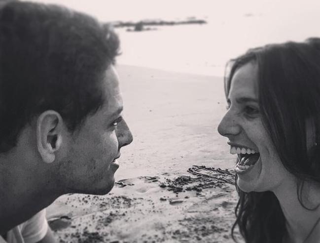 Una sexy reportera pone celosa a la novia periodista de Chicharito