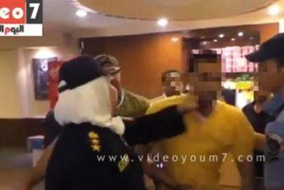 La mujer policía egipcia que abofetea y 'electrocuta' a un acosador sexual