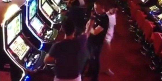 [Vídeo] Le pega dos tiros en la cabeza al empleado del salón de juegos... porque perdía a las tragaperras