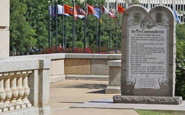 Oklahoma retirará su monumento a los Diez Mandamientos