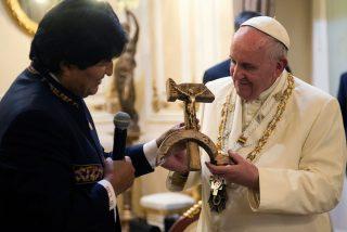 """El Vaticano niega que el Papa se molestase por el """"crucifijo comunista"""" de Evo Morales"""