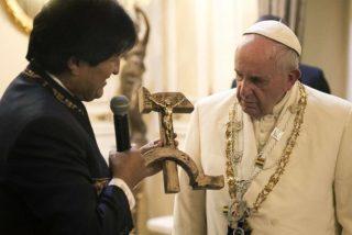 Evo Morales regala al Papa un crucifijo con Cristo clavado sobre una hoz y un martillo