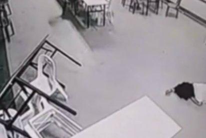 [Vídeo] El ataque del fantasma cabreado a una mujer en un hotel