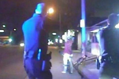 [Vídeo] Con esta sangre fría matan a un joven dos policías por quitarse la gorra