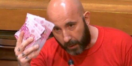 Un concejal de la CUP lanza billetes para untar al movimiento olímpico en Barcelona