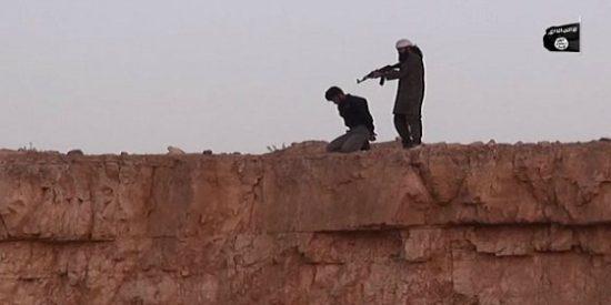 [Vídeo sin censura] El yihadista bocazas mata al 'infiel' y lo tira de una patada por un acantilado