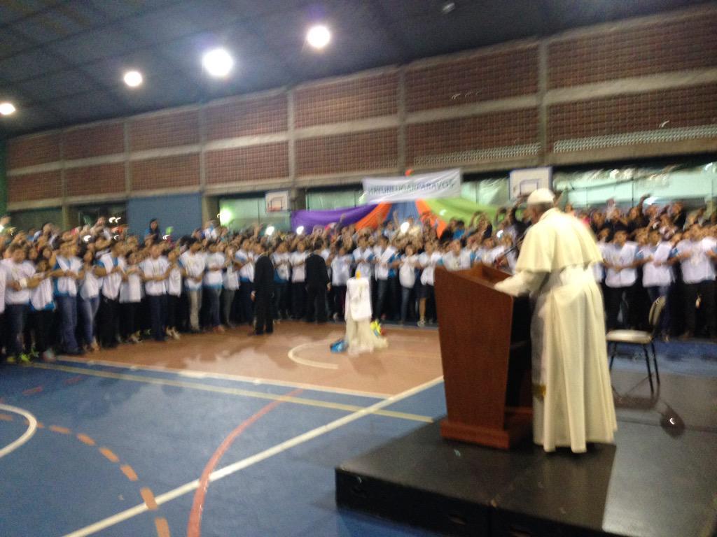 """Francisco pide a los jóvenes jesuitas que """"hagan lío"""""""