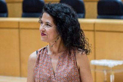 La primera senadora de Podemos se hace un lío en la toma de posesión de su escaño