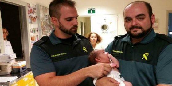 Rescatan a un recién nacido que habían tirado a un contenedor dentro de una mochila