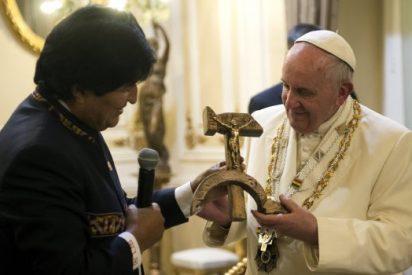 ¿Qué ha hecho el Papa con el crucifijo comunista de Evo Morales?