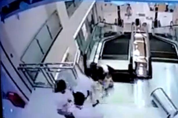 La madre logra salvar a su hijo antes de ser triturada por la escalera mecánica