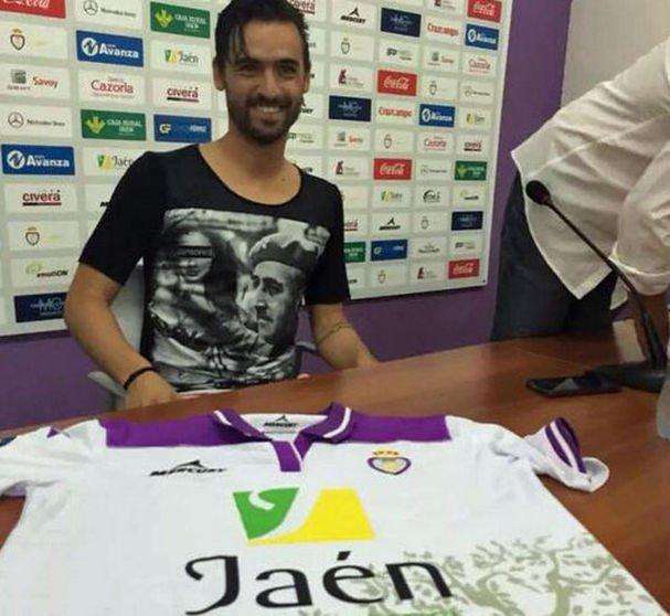 ¡Se presenta con su nuevo equipo con una camiseta de Franco!