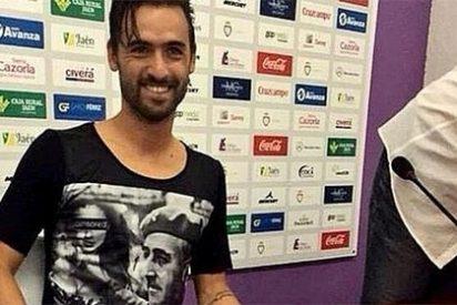 Nuno Silva acude a su presentación como nuevo jugador del Jaén con una camiseta de Franco