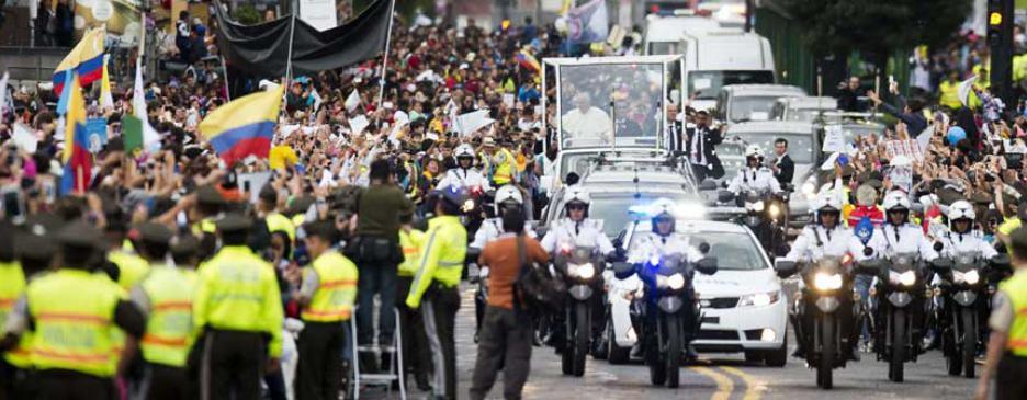 Decenas de miles de fieles acompañan al Papa en sus primeras horas en Quito