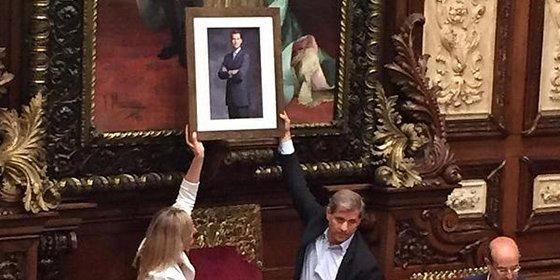 El PP coloca un retrato de Felipe VI en el lugar donde estaba el busto de Don Juan Carlos, pero también es retirado