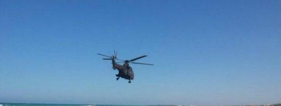 El peligroso vuelo rasante del teniente coronel por la playa en su helicóptero
