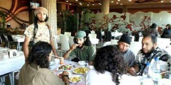 Un camarero mata con veneno para ratas a 45 asesinos de Estado Islámico en la cena del Ramadán