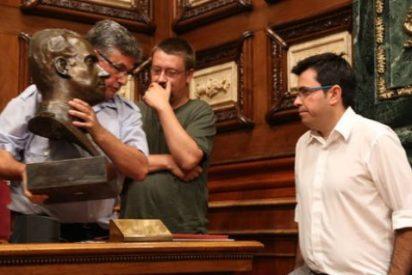 Colau 'desahucia' el busto de Juan Carlos I del salón de Plenos del Ayuntamiento