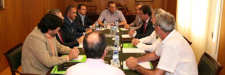 La patronal extremeña mantiene una reunión de trabajo con el presidente de la Junta de Extremadura