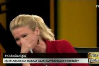 Así se troncha una presentadora de TV ante la explicación de un teólogo sobre los males del sexo oral
