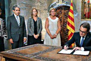 El independentista Artur Mas firma el decreto de convocatoria de las elecciones del 27-S