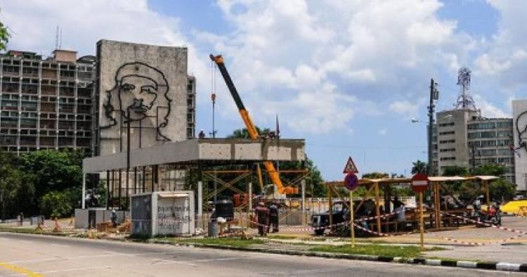 Los colores del Vaticano lucen en Plaza de la Revolución de La Habana