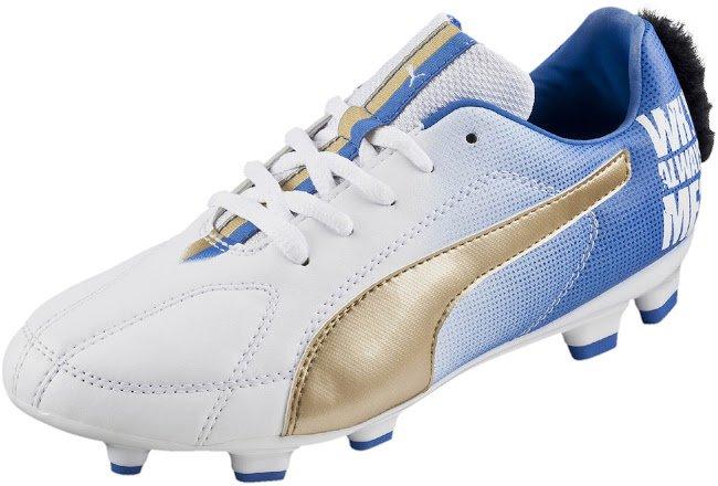 Balotelli sorprende a todos con sus extravagantes zapatillas con cresta